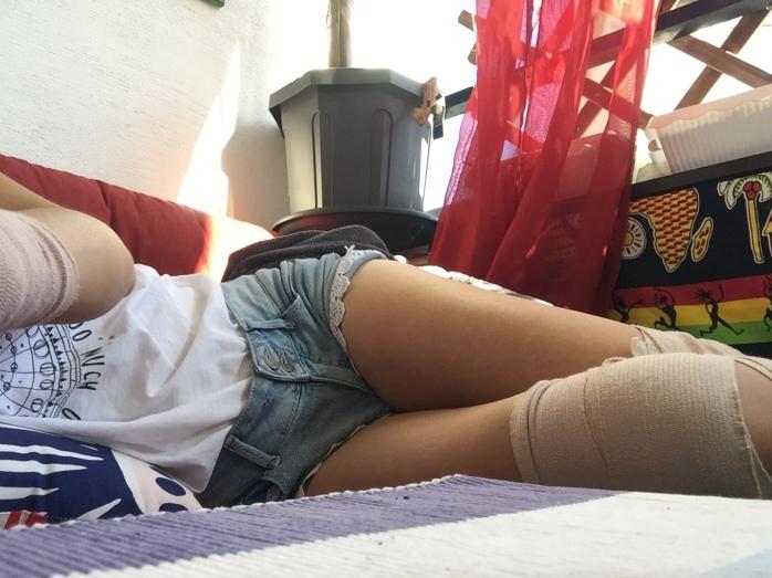 Arm und Beine in Bandagen, liegend.